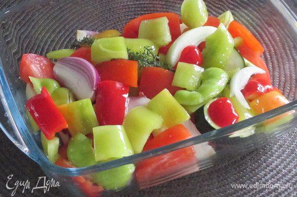 Поместите все овощи в форму, предназначенную для запекания в духовке (стеклянную, керамическую или металлическую). Слегка посолите и перемешайте их между собой. Очищенный зубчик чеснока раздавите широкой стороной ножа и вместе с веточкой свежей зелени поместите вглубь овощей или замените свежий чеснок чесночным маслом Biolio. В качестве зелени в этом варианте использовала свежий тимьян, а подходит самая разная на ваш вкус — свежая или сушеная.