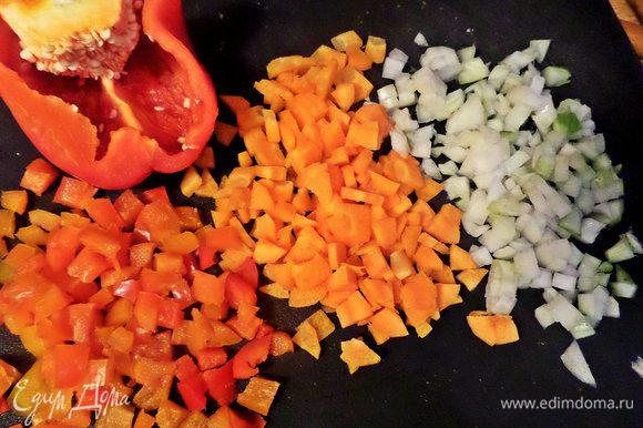 Для поджарки мелко нарезать овощи.