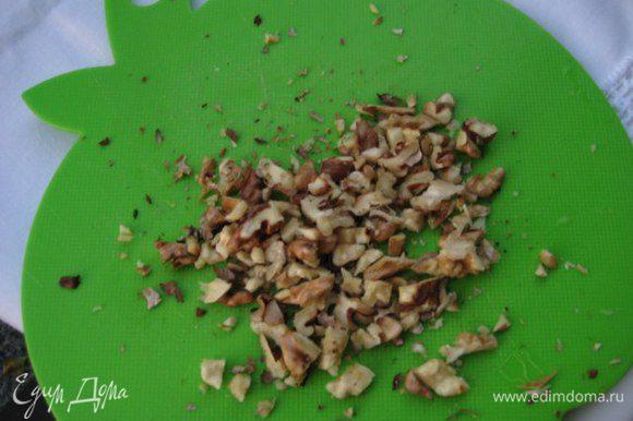 Грецкие орехи подсушить на сухой сковороде, порубить ножом.