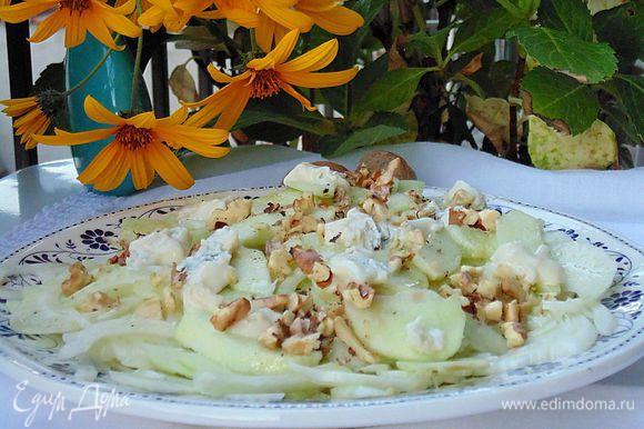 Посыпать салат сверху орехами и положить кусочки сыра. Подавать сразу же. Приятного аппетита!