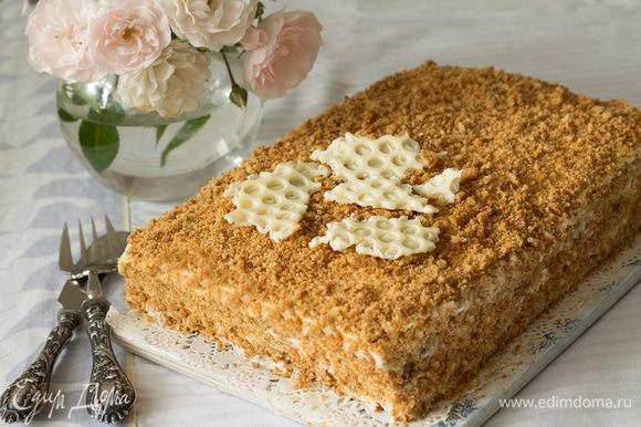 Обрезки измельчаем в крошку и посыпаем торт. Можно сделать «соты» из белого шоколада.
