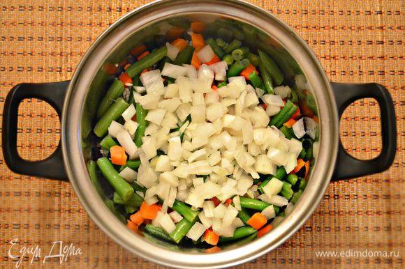 Почистить и мелко нарезать небольшую луковицу. К рису добавить овощную смесь и лук, все перемешать.