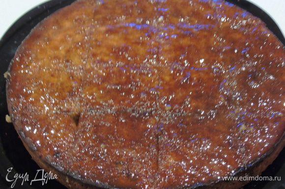 Оставьте пирог в форе на 10 минут, затем достаньте надрежьте на квадраты и залейте лимонной заливкой, дайте пару часов пропитаться.