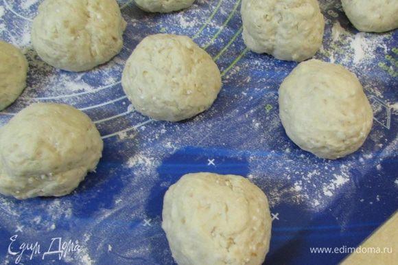 Когда тесто увеличится вдвое, обмять его и разделить на 12 — 16 кусочков (у меня 12 по 72 г).