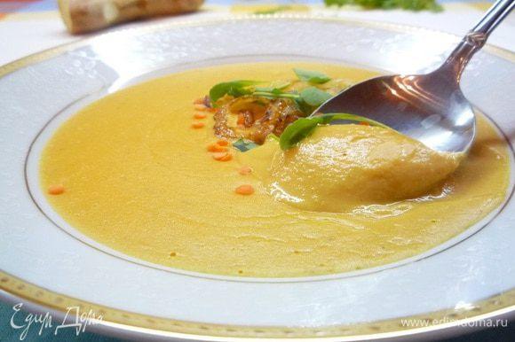 Разлейте суп по тарелкам, украсив кольцами лука и листиками руколы. Приятного аппетита!!!