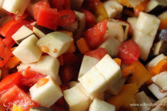Пока тесто подходит, приготовить овощную начинку. Все овощи нарезать кубиками и потушить на сковородке до мягкости.