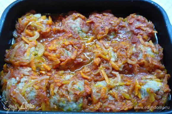 Достаем биточки из духовки, выкладываем сверху соус и опять ставим в духовку на 10 — 15 минут. Соус должен покрывать биточки полностью, тогда они пропитаются и станут более нежными.