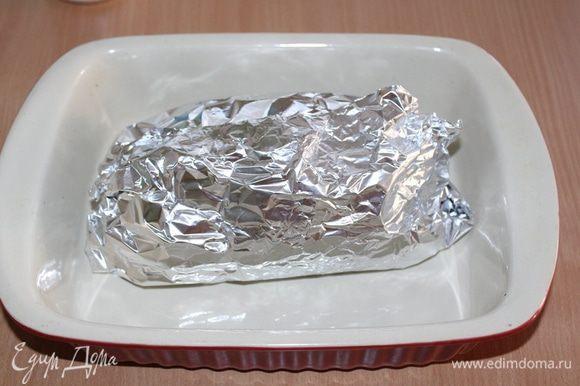 Завернуть в фольгу и запекать при 180 — 200°С ~ 1 — 1,5 ч., пока при проколе не будет выделяться прозрачный сок.