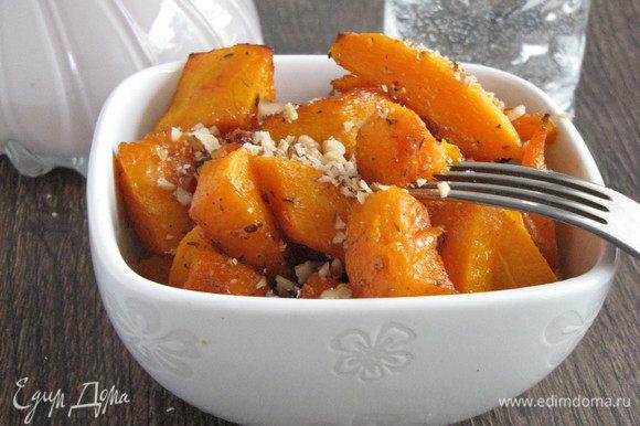 Можно переложить в тарелку и кушать. Очень вкусно! Я еще посыпала орешками.