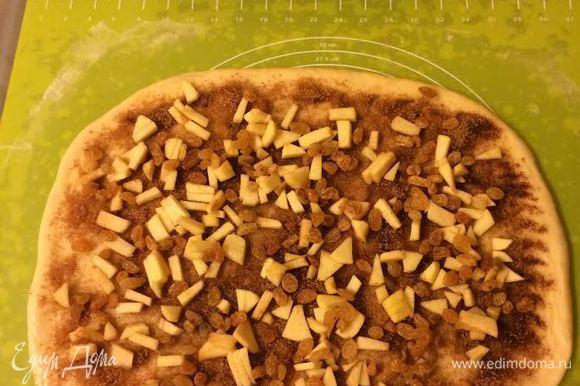 Сахар смешать с корицей. Яблоки мелко нарезать. Тесто раскатать, смазать растопленным сливочным маслом, посыпать сахаром с корицей. Сверху выложить яблоки и изюм.