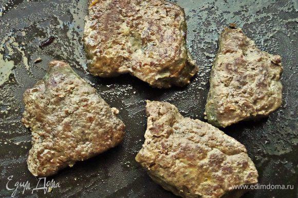 Куски печенки обжариваем с двух сторон с солью, перцем на масле Biolio. Жарим, как обычно, любите.