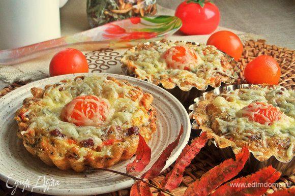 Фриттату можно приготовить и в общей форме, но также порционно в кокотницах.