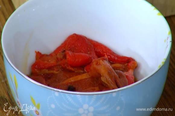 Сладкий перец предварительно запечь в духовке, затем, удалив кожицу и семена, порезать крупными полосками.