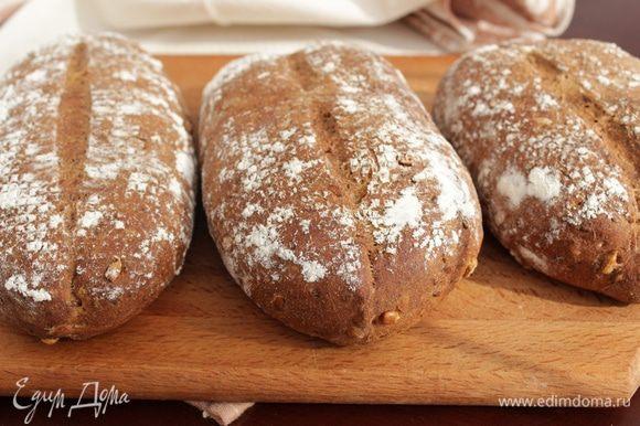 Выпекайте хлеб первые 10 минут с паром, после чего температуру убавьте до 180°С и пеките еще минут 20 — 25 до готовности.