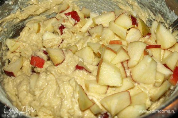Яблоки не крупно нарезать и добавить в тесто. Хорошо перемешать.