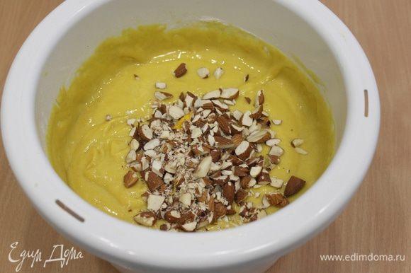 В отдельной миске смешайте муку, разрыхлитель, соду, соль и ванильный сахар. Добавьте эту смесь к тыквенной массе и замесите тесто. Добавьте орешки.