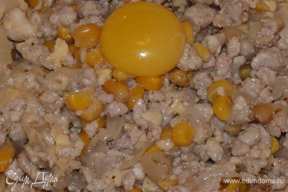 Добавить соль, молотый кориандр. Сыр натереть на крупной терке, половину добавить в фарш. Добавить желток и кукурузу. Перемешать.