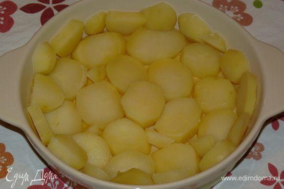 Форму для запекания смазать растительным маслом. Картофель крупно нарезать и уложить на дно формы.