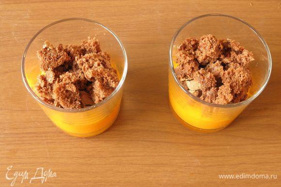 На мусс — шоколадный бисквит по 25 г на порцию. Кусочки бисквита укладываем вдоль стенок, так потеки мусса сохранят полоску бисквита.