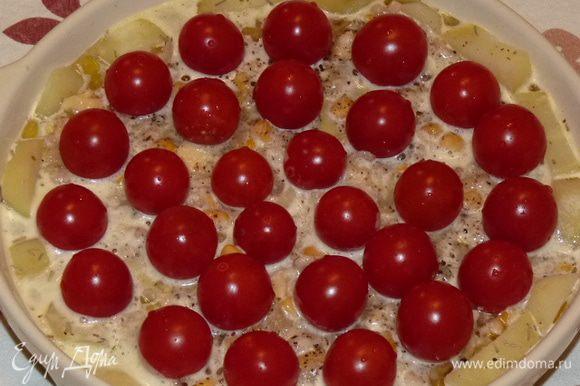 Яйца и оставшийся белок взбить со сливками, щепоткой соли и куркумой. Залить запеканку. Сверху выложить черри.