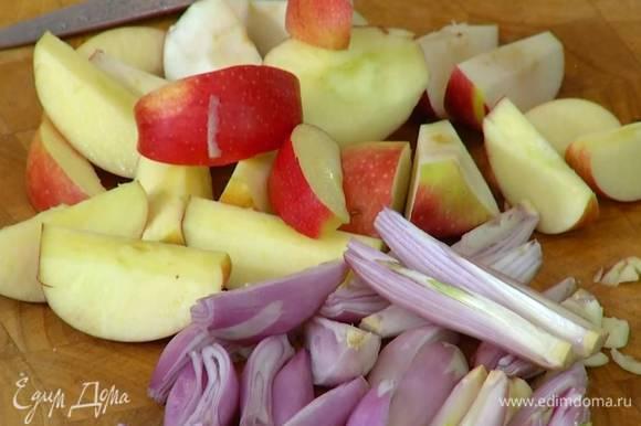 Яблоки, удалив сердцевину, нарезать крупными дольками.