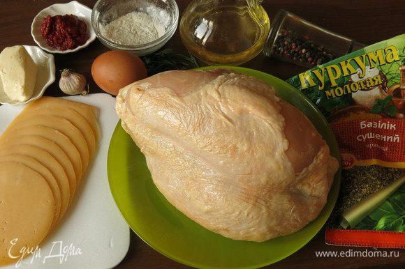 Сперва приготовим котлеты из куриного мяса, сливочного масла и яйца. В качестве вкусовой и цветовой добавки подойдет куркума, она придает осенний цвет блюду, в результате получаются котлеты-тыковки.