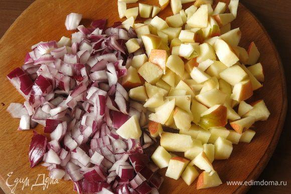 Нарезаем лук и яблоки маленькими кубиками.