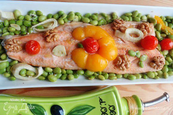 Готовую рыбу выложить на сервировочное блюдо, вокруг выложить овощи.
