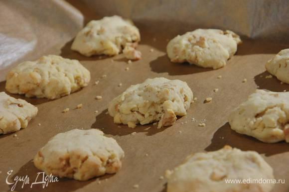 Выпекать печенье в разогретой духовке около 20 минут.