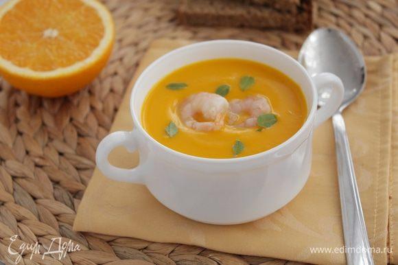 Суп разлить по тарелкам, в середину уложить креветки.