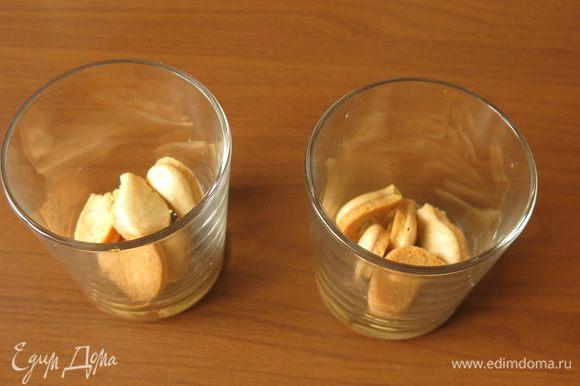 В стаканы кладем печенье, половину от общего количества. Стакан объемом 250 мл. Расчет продуктов на три порции.