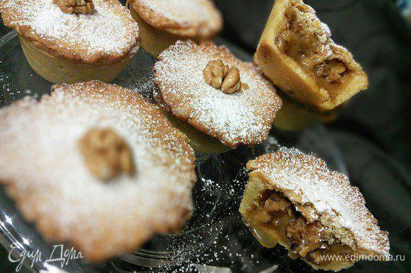 Перед подачей можно украсить половинками грецкого ореха и сахарной пудрой. Угощайтесь!