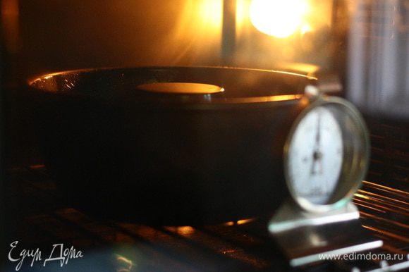 Выпекать кекс в духовке 40 — 50 минут при температуре 170°C.