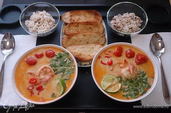 Разливаем по тарелкам, добавляем кинзу, чили и лайм, подаем с отварным рисом и жареным хлебом. Приятного аппетита! Наслаждайтесь. Попробуйте приготовить и узнайте вкус мирового рейтинга!