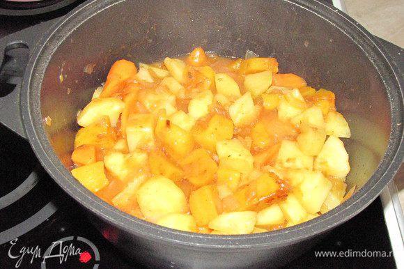 Выложить в кастрюлю овощи из сковороды, приправить, перемешать и тушить до готовности под крышкой.