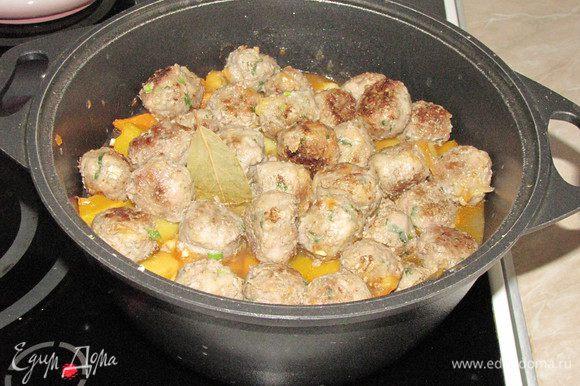 За 5 минут до готовности сверху выложить мясные шарики, один лавровый лист и измельченный чеснок, тушить под крышкой.