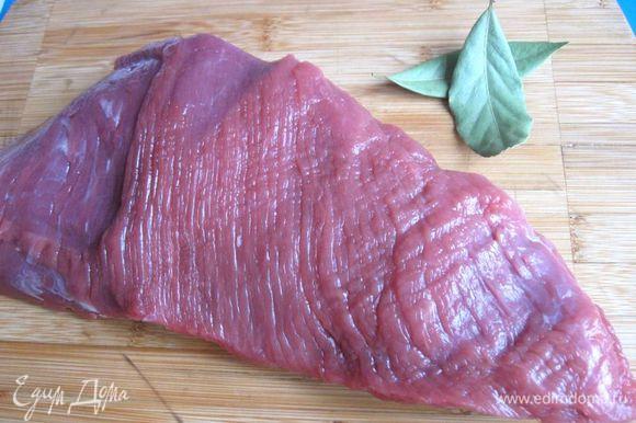 Приготовить мясо, минут за 20 до приготовления достать из холодильника.