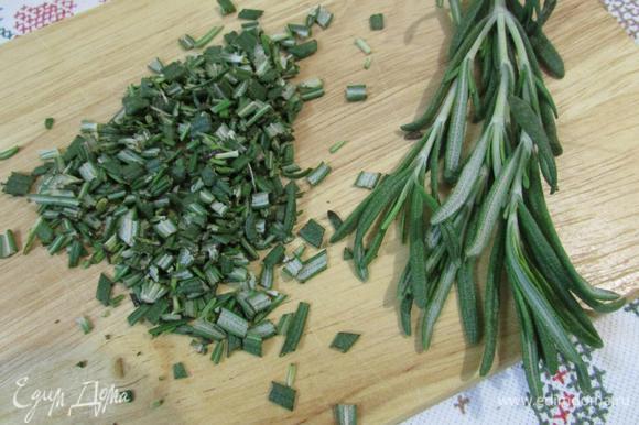 Розмарин вымыть, обсушить, отделить от стеблей и мелко нарезать.