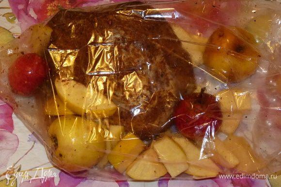 Айву нарезать брусочками. Сложить мясо, яблоки и айву в пакет для запекания.