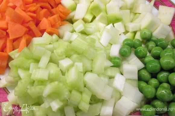 Очищаем и нарезаем цукини, сельдерей, лук, морковь, болгарский перец, картофель.