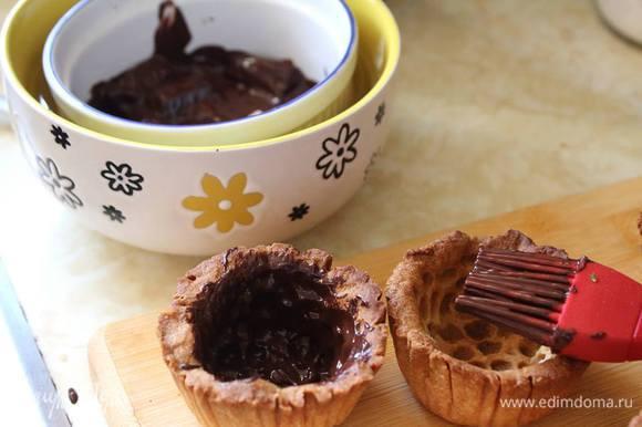 Если тарты в собранном виде будут стоять долго или вы не любите размягченного теста, их можно промазать внутри растопленным черным или белым шоколадом.