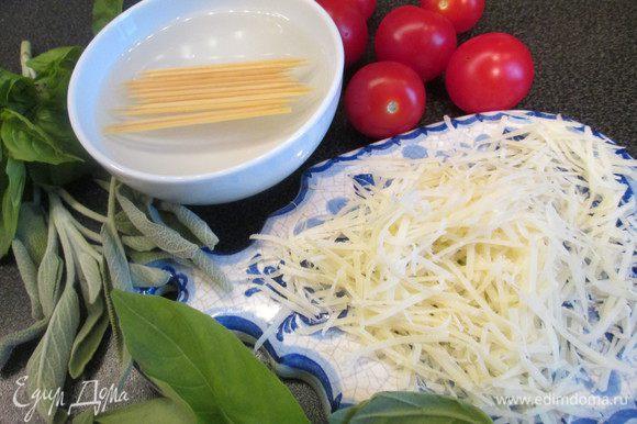 Сыр натираем на мелкой терке, а зубочистки замачиваем в теплой воде на 15 минут.