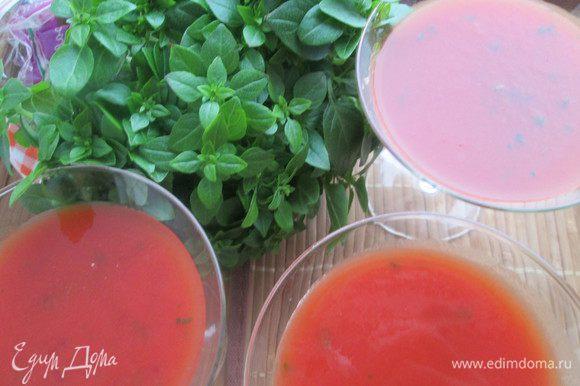Помидоры ошпариваем кипятком, снимаем кожуру и вместе с листиками базилика, оливковым маслом, щепоткой соли и перца взбиваем в блендере. Желатин распускаем в небольшом количестве воды и на водяной бане растворяем. Добавляем в нашу томатно-травяную смесь, разливаем по бокалам и убираем в холодильник на пару часов.