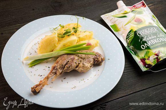 Утиные ножки в пряной глазури готовы! В качестве гарнира подойдет отварной картофель и свежая зелень.