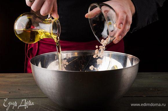 Дрожжи смешиваем с маслом, сахаром и солью в миске с теплой водой.
