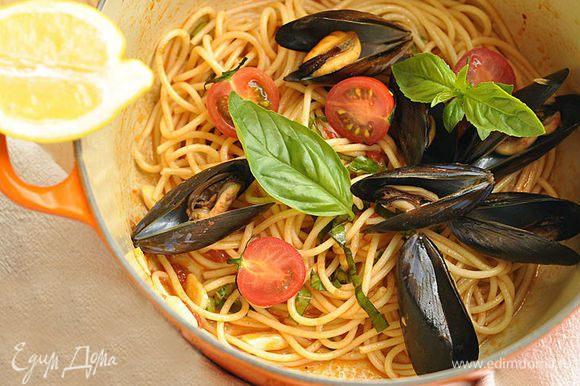 Выложить в кастрюлю мидии и помидоры и потомить 1 минуту. Убрать кастрюлю с плиты и полить блюдо лимонным соком. Можно украсить блюдо листьями базилика.