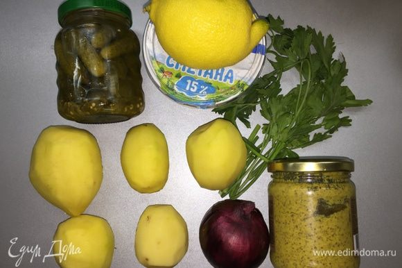 Подготовим продукты. На картинке у меня совсем маленькие маринованные корнишоны: таких надо взять штук 6. В рецепте дана пропорция для нормальных больших огурцов (брать соленые или маринованные — на ваш вкус). Луковку берите маленькую. Для начала отварим картошку до готовности. Она должна быть мягкой, но не разваливаться, пюре нам не нужно.