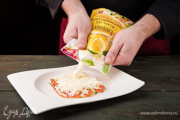 Далее кладем слой из яиц, солим, сыр, смазываем майонезом. Повторяем слои. Сверху слегка смазать салат майонезом и посыпать свежей зеленью. Дать пропитаться в течение 1 часа.