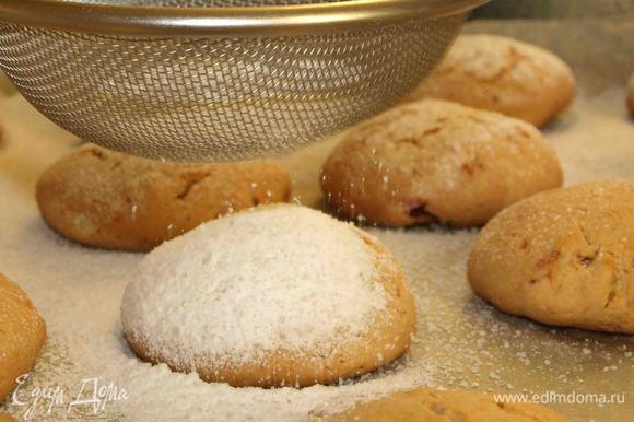 Готовое печенье достаем, горячим посыпаем сахарной пудрой, даем полностью остыть. Складываем в жестяную коробку. Печенье хранится до двух недель. Приятного аппетита!