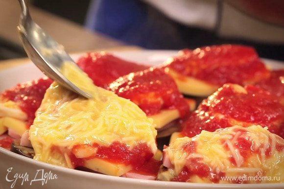 Выложить сырный соус на поверхность запеканки.